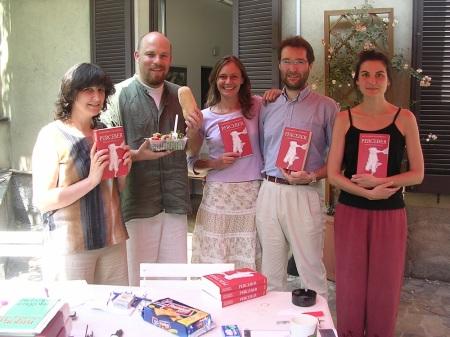 Terrazza Sironi, maggio 2005. Fotoricordo in occasione della publicazione di Perceber, romanzo di Leonardo Colombati. Da sinistra a destra: Paola Borgonovo, Pietro Coerezza, Ilaria Caretta, Massimiliano Bianchini, Monica Winters.