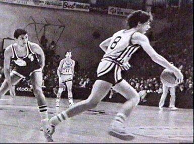 Il numero 8 in palleggio è un giovanissimo Drazen Petrovic (1964-1993), all'epoca diciassettenne, sotto lo sguardo preoccupato di suo fratello Aleksandar.