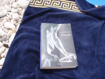 La foto è di Ramona Corrado. Il libro è di Carlo Coccioli.
