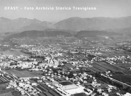 Pieve di Soligo (Tv) e la frazione di Solighetto in una ripresa aerea (dall'archivio di Luigi Bortoluzzi)