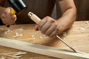 falegname-lavorare-con-lo-scalpello