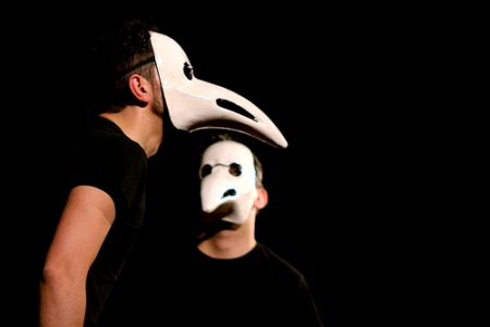 Maschera da monatto. Il lungo becco aveva la funzione oggi assolta dalle mascherine: doveva impedire l'inalazione degli effluvii patogeni