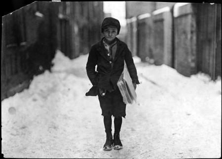 Marzo 1909. Frank Luzzi, uno strillone di 10 anni, ritratto da Lewis Hine.