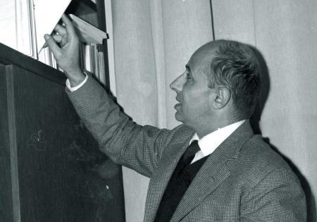 Mario Pomilio nel suo studio. Fine anni Sessanta
